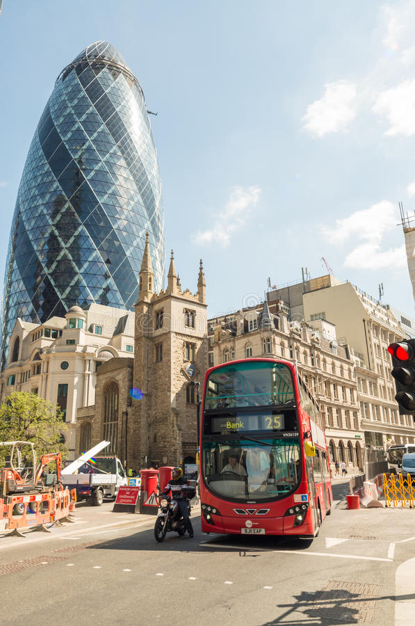 LONDRES - 10 DE MAIO DE 2015 Ônibus do ônibus de dois andares no distri do negócio da cidade fotos de stock royalty free