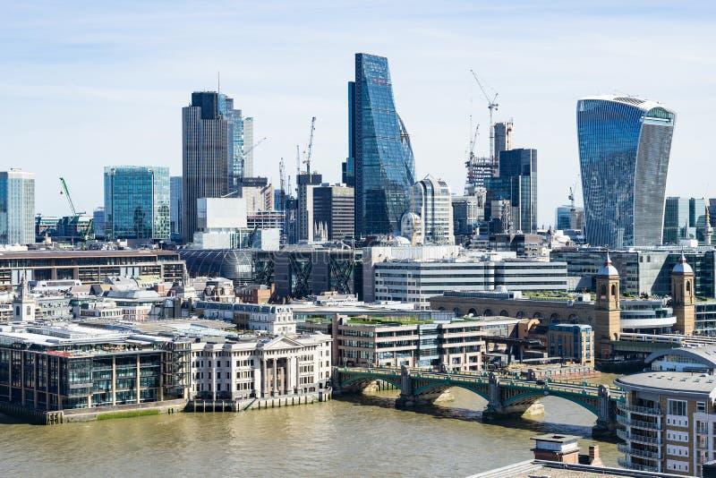 Londres - 30 de março: Skyline do centro do distrito financeiro de Londres com rio Themse o 30 de março de 2017 imagens de stock royalty free