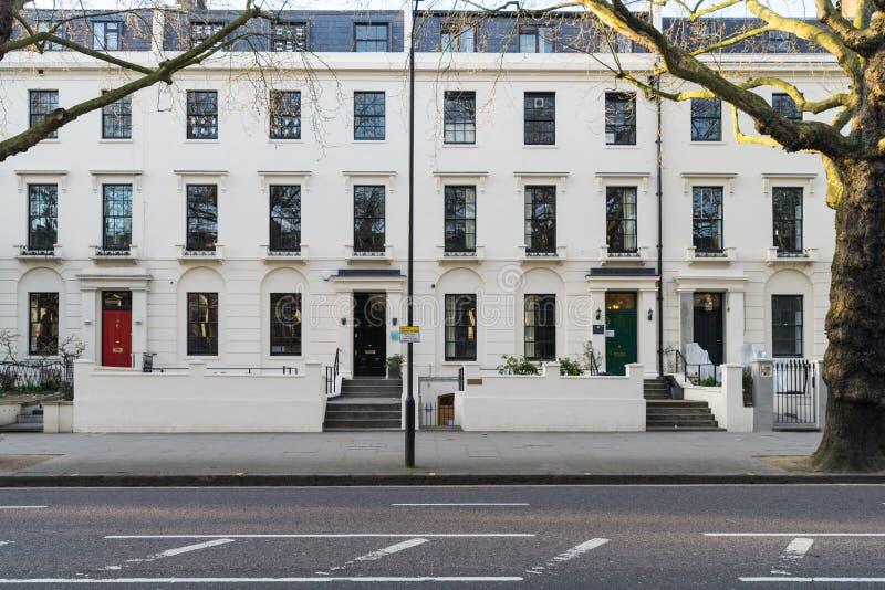 Londres - 30 de março: Uma fileira de casas de cidade vitorianos típicas em Londres Kensington com portas coloridas o 30 de março foto de stock