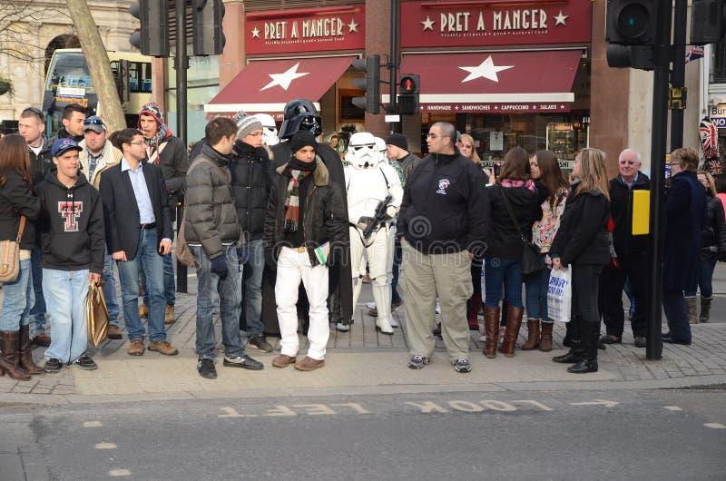 Darth Vader y Stormtroopers hacia fuera y alrededor en Londons Trafalgar