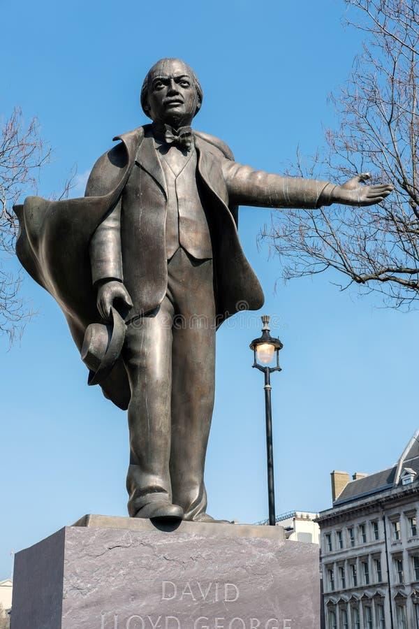 LONDRES - 13 DE MARZO: Estatua de David Lloyd George en el parlamento Squ imagen de archivo libre de regalías