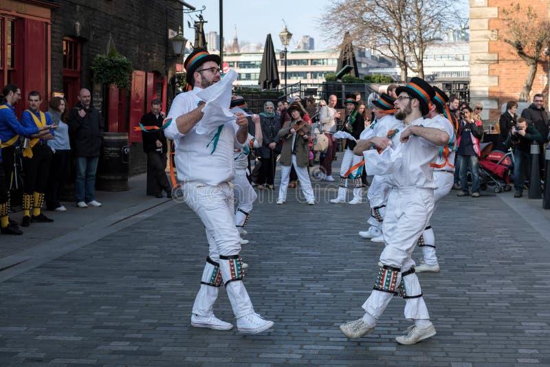 LONDRES - 13 DE MARZO: Kent y Sussex Morris Dancers Performing en L imágenes de archivo libres de regalías