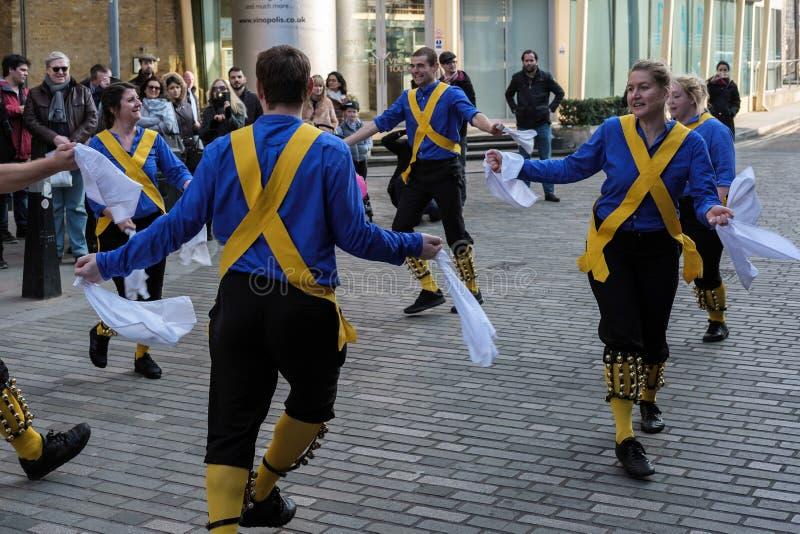 LONDRES - 13 DE MARZO: Kent y Sussex Morris Dancers Performing en L fotos de archivo