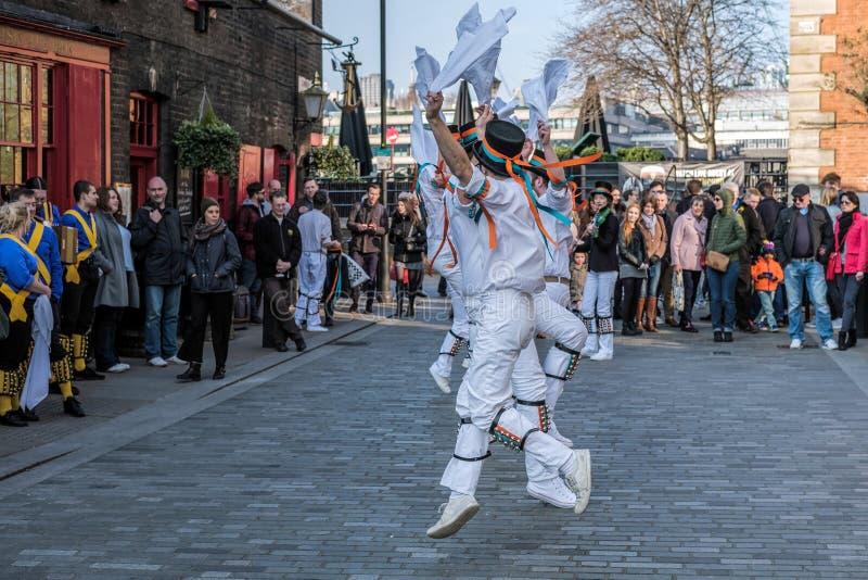 LONDRES - 13 DE MARZO: Kent y Sussex Morris Dancers Performing en L foto de archivo
