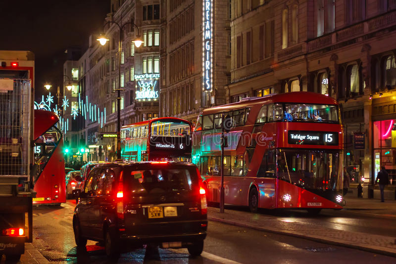 LONDRES - 17 DE NOVEMBRO DE 2016: Rua da costa com o Routemaster diese imagem de stock
