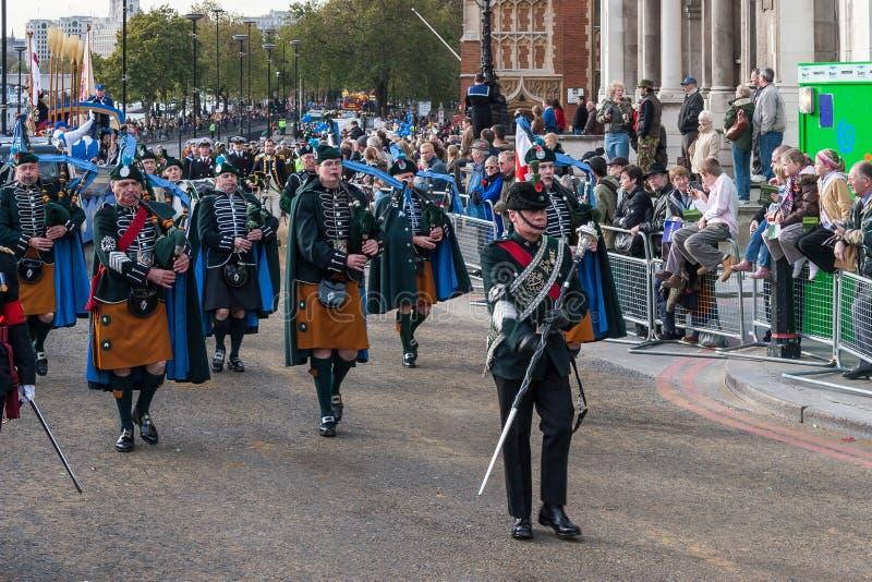 LONDRES - 12 DE NOVEMBRO: Gaiteiros irlandeses que desfilam no Lord Mayor fotografia de stock royalty free