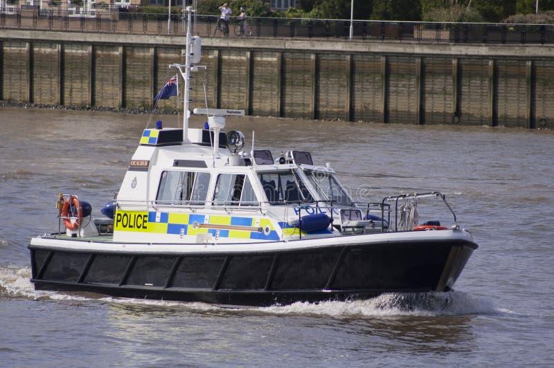 Londres, el 8 de agosto de 2012 - barco de policía que patrulla en el río Thame fotografía de archivo libre de regalías