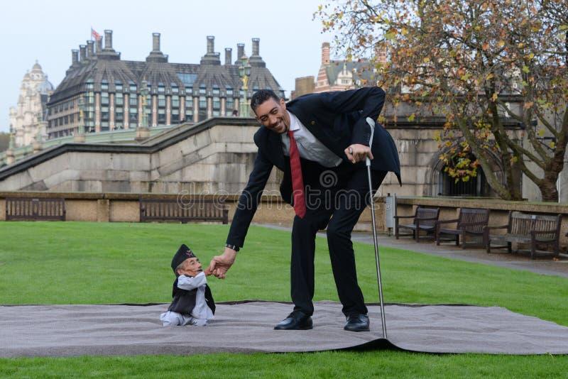 Londres: El hombre más alto del mundo y el hombre más corto se encuentran en el récord mundial de Guinness imagen de archivo