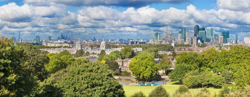 Londres - el panorama de la tarde de la ciudad del parque de Greenwich con Canary Wharf y los rascacielos en el centro imagen de archivo libre de regalías