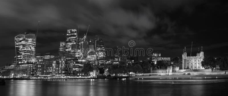 Londres - el panorama de rascacielos del distrito financiero con la torre imágenes de archivo libres de regalías