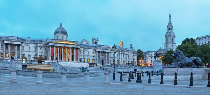Londres - el panorama del cuadrado de Trafalgar en la oscuridad imagen de archivo libre de regalías