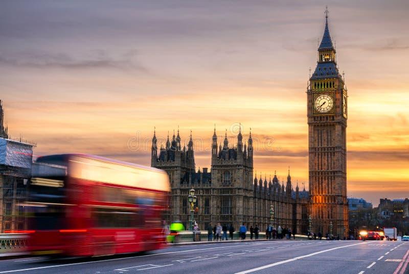 Londres, el Reino Unido Autobús rojo en el movimiento y Big Ben, el palacio de Wes imagen de archivo libre de regalías
