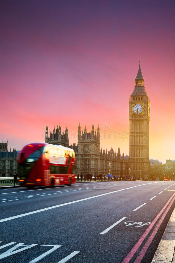 Londres, el Reino Unido Autobús rojo en el movimiento y Big Ben, el palacio de Wes fotos de archivo