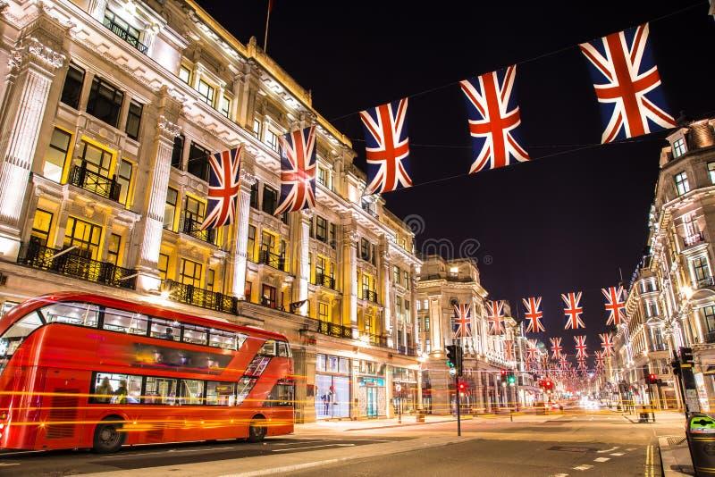 Londres famosa Regent Street na noite Inglaterra imagem de stock