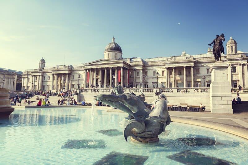 Londres, fuente en Trafalgar Square imagen de archivo