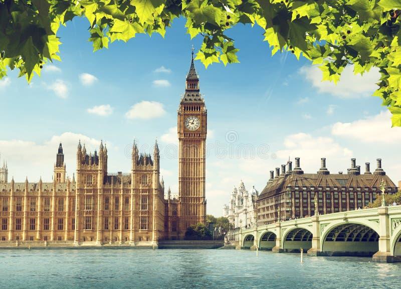 Londres, fuente en Trafalgar Square fotografía de archivo