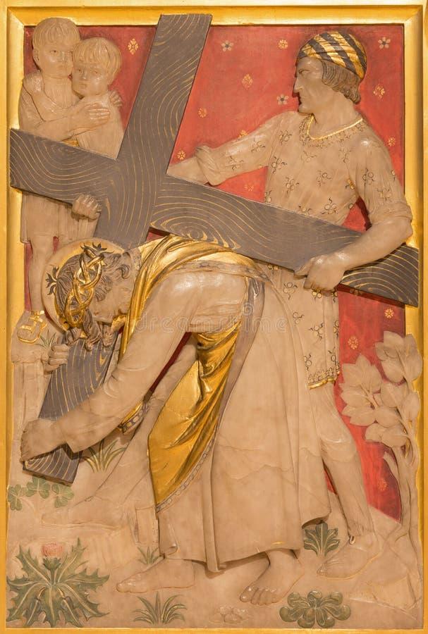 LONDRES, GRÂ BRETANHA - 17 DE SETEMBRO DE 2017: Jesus é ajudado por Simon de Cyrene a levar sua cruz na igreja imagem de stock royalty free