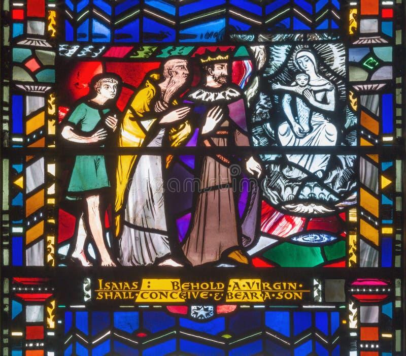 LONDRES, GRÂ BRETANHA - 16 DE SETEMBRO DE 2017: O vitral de Isaiah prevê o nascimento virgem de Jesus em St Etheldreda da igreja fotos de stock