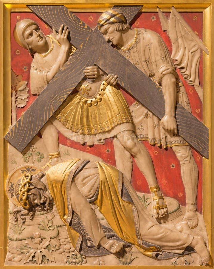 LONDRES, GRÂ BRETANHA - 17 DE SETEMBRO DE 2017: A queda de Jesus sob a cruz na igreja de St James Spanish Place imagens de stock royalty free
