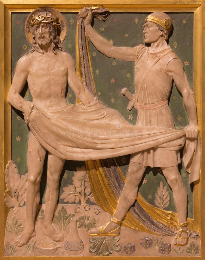 LONDRES, GRÂ BRETANHA - 17 DE SETEMBRO DE 2017: A roupa de Jesus é estações levadas embora da cruz na igreja de St James foto de stock