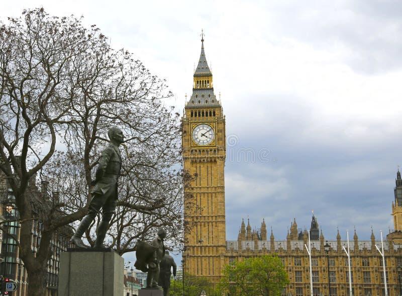 Londres, Gran Bretaña - 22 de mayo de 2016: estatuas de la gente prominente en el Parliament Square fotografía de archivo libre de regalías