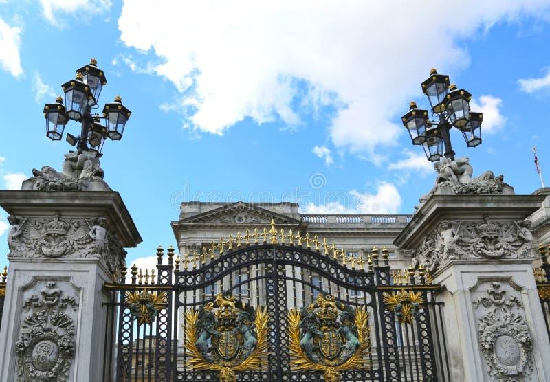Londres, Gran Bretaña - 23 de mayo de 2016: puertas del Buckingham Palace fotos de archivo libres de regalías