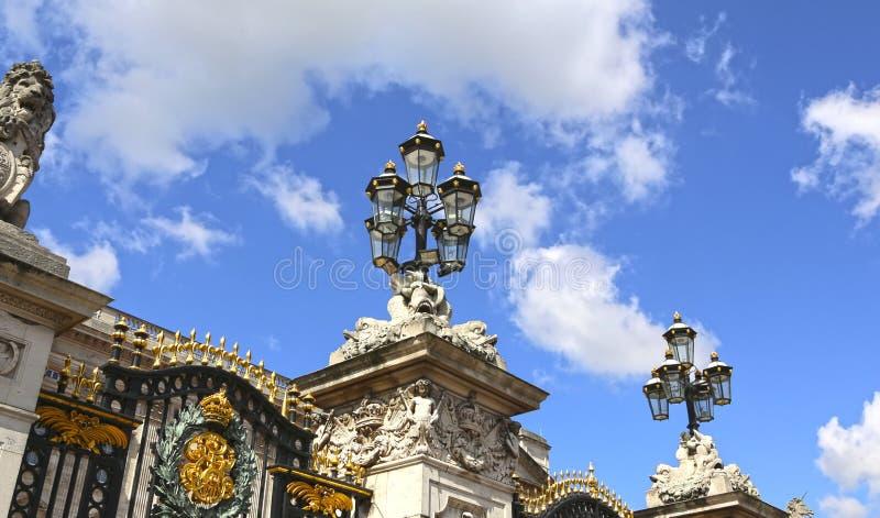 Londres, Gran Bretaña - 23 de mayo de 2016: puertas del Buckingham Palace imágenes de archivo libres de regalías