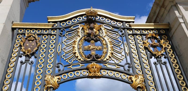 Londres, Gran Bretaña - 23 de mayo de 2016: puertas del Buckingham Palace imagen de archivo libre de regalías