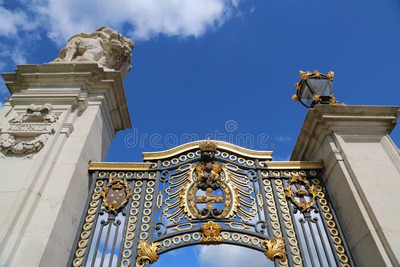 Londres, Gran Bretaña - 23 de mayo de 2016: puertas del Buckingham Palace fotografía de archivo libre de regalías