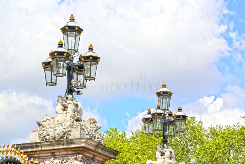 Londres, Gran Bretaña - 23 de mayo de 2016: puertas del Buckingham Palace foto de archivo