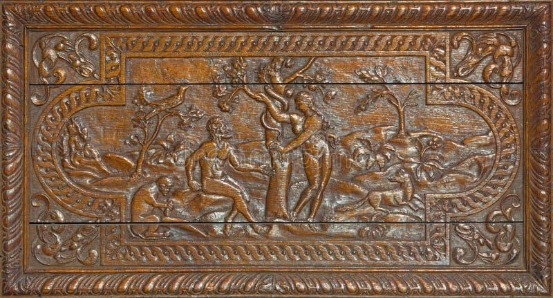 LONDRES, GRAN BRETAÑA - 17 DE SEPTIEMBRE DE 2017: El alivio tallado de Adán y de Eva Paradise Lost en St Barnabas de la iglesia imagen de archivo libre de regalías
