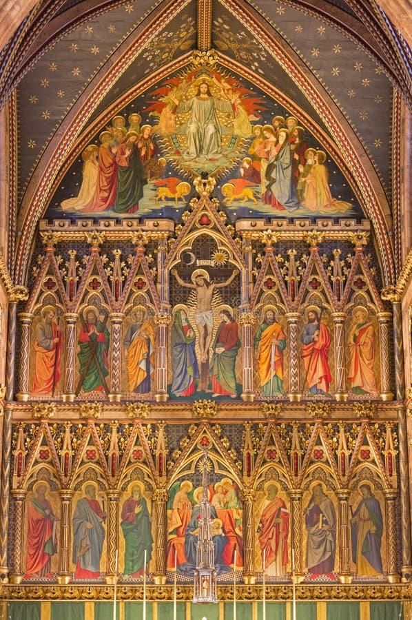 LONDRES, GRAN BRETAÑA - 15 DE SEPTIEMBRE DE 2017: El altar principal gótico neo en iglesia todos los santos de Ninian Comper fotos de archivo