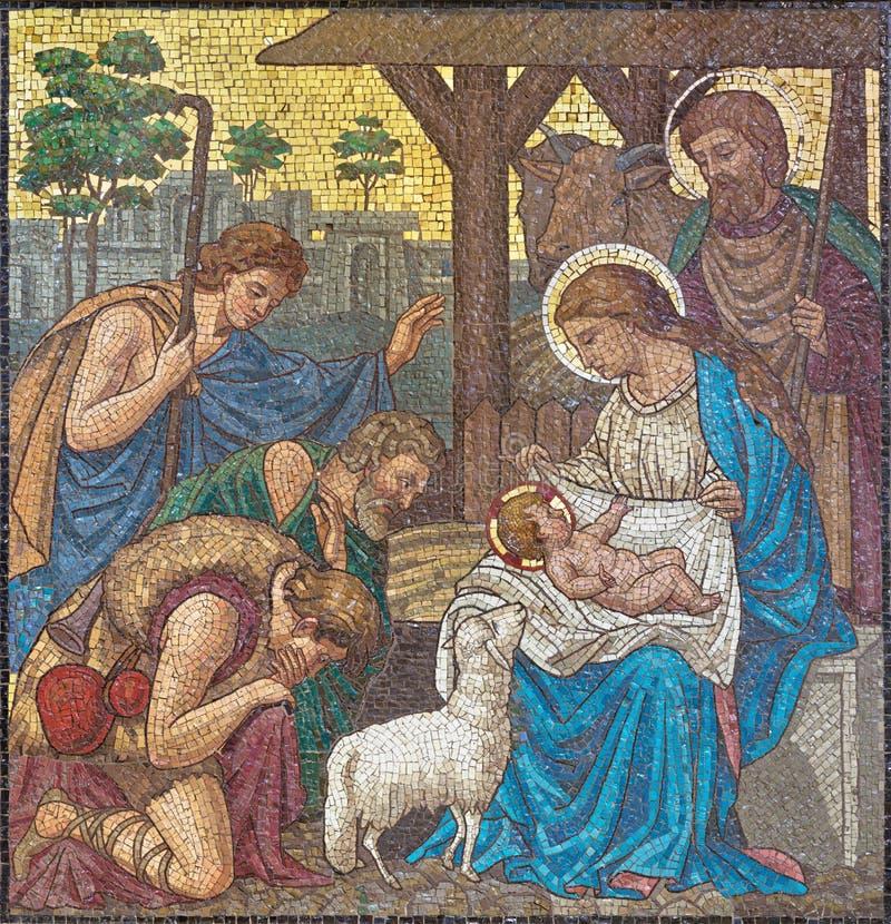 LONDRES, GRAN BRETAÑA - 17 DE SEPTIEMBRE DE 2017: El mosaico de la adoración de pastores en St Barnabas de la iglesia imagenes de archivo
