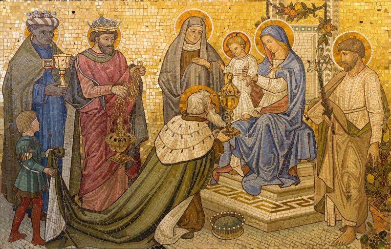 LONDRES, GRAN BRETAÑA - 17 DE SEPTIEMBRE DE 2017: El mosaico de la adoración de unos de los reyes magos en iglesia nuestra señora foto de archivo
