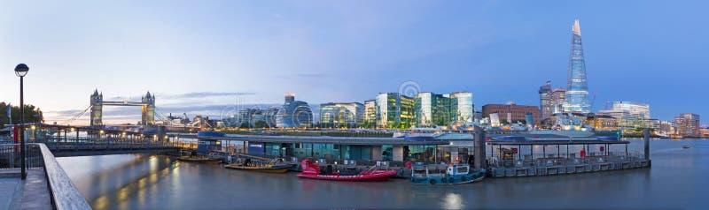 LONDRES, GRAN BRETAÑA - 15 DE SEPTIEMBRE DE 2017: El panorama con el ayuntamiento del puente de la torre, el casco y la orilla imágenes de archivo libres de regalías