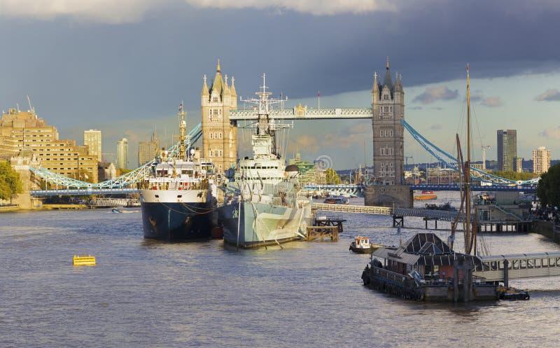 LONDRES, GRAN BRETAÑA - 13 DE SEPTIEMBRE DE 2017: El panorama del puente de la torre y el crucero Belfast por la tarde se enciend foto de archivo