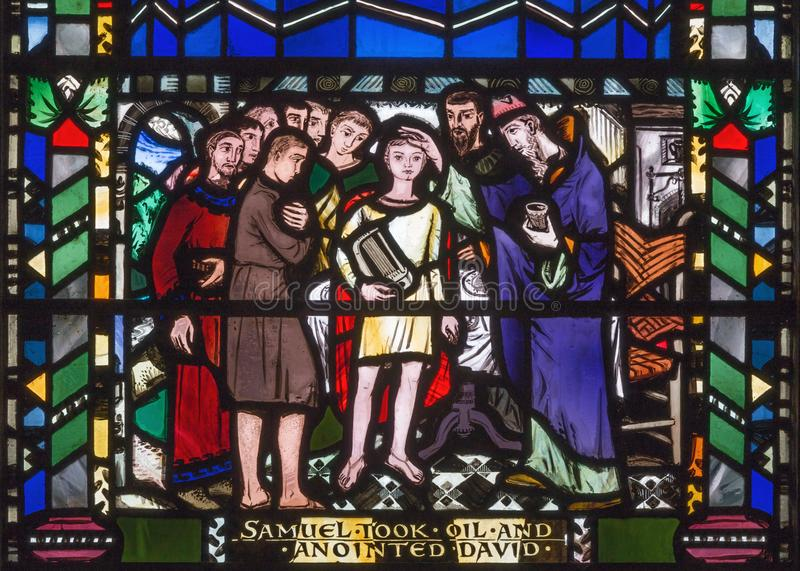 LONDRES, GRAN BRETAÑA - 16 DE SEPTIEMBRE DE 2017: La escena de untar de David de Samuel en el vitral en St Etheld de la iglesia fotografía de archivo libre de regalías