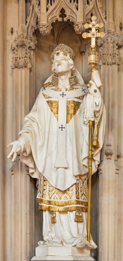 LONDRES, GRAN BRETAÑA - 18 DE SEPTIEMBRE DE 2017: La estatua de mármol de St Thomas de Cantorbery en la Inmaculada Concepción de  imagen de archivo libre de regalías