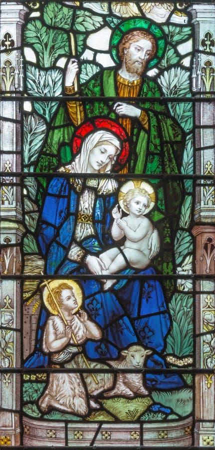 LONDRES, GRAN BRETAÑA - 17 DE SEPTIEMBRE DE 2017: La familia santa en el vitral en la trinidad santa Brompton de la iglesia imagen de archivo