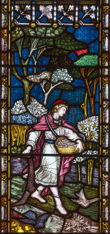 LONDRES, GRAN BRETAÑA - 19 DE SEPTIEMBRE DE 2017: La parábola del sembrador en el vitral en iglesia del ` s del St Mary Abbot imagen de archivo