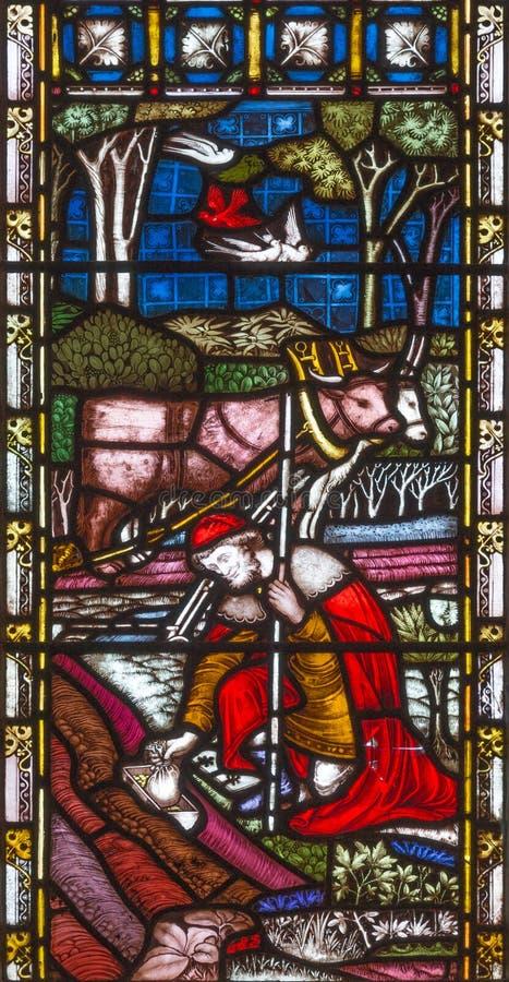 LONDRES, GRAN BRETAÑA - 19 DE SEPTIEMBRE DE 2017: La parábola del tesoro ocultado en el vitral en iglesia del ` s del St Mary Abb imagen de archivo libre de regalías