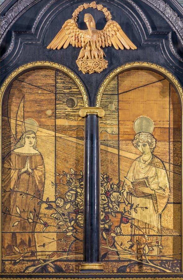 LONDRES, GRAN BRETAÑA - 16 DE SEPTIEMBRE DE 2017: La pintura del anuncio en la madera en el altar en iglesia en St Clement Danes fotos de archivo libres de regalías