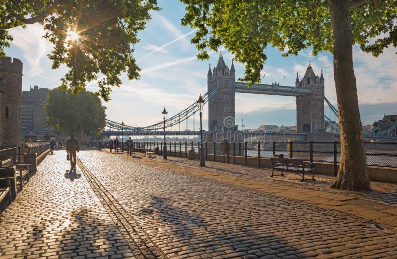 LONDRES, GRAN BRETAÑA - 20 DE SEPTIEMBRE DE 2017: La 'promenade' y el puente de la torre por mañana se encienden fotos de archivo