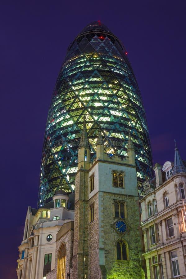 LONDRES, GRAN BRETAÑA - 18 DE SEPTIEMBRE DE 2017: La torre del pepinillo de St Andrew Undershaft de la iglesia en la oscuridad imágenes de archivo libres de regalías