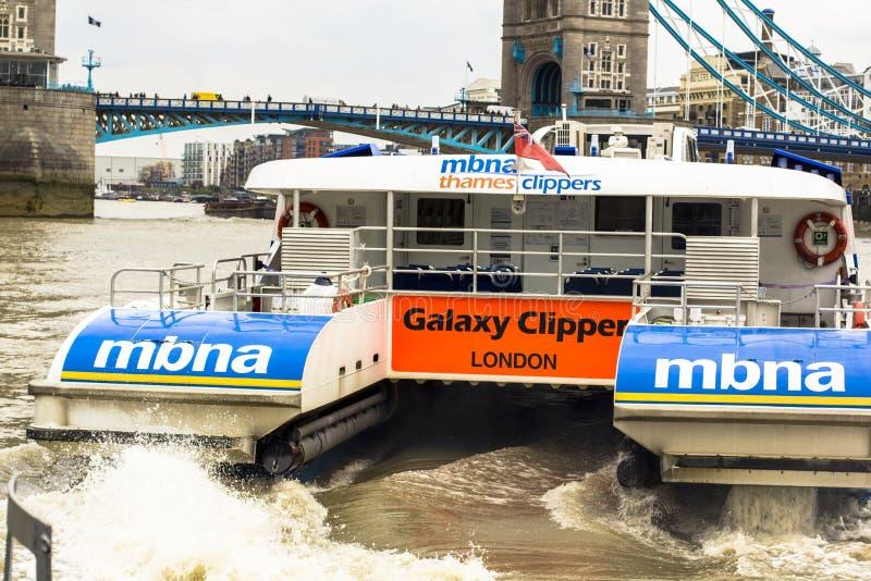 Londres, Gran Breta?a 12 de abril de 2019 autobús del río Una vista de un autobús del río de las podadoras del Támesis de MBNA en imagen de archivo libre de regalías