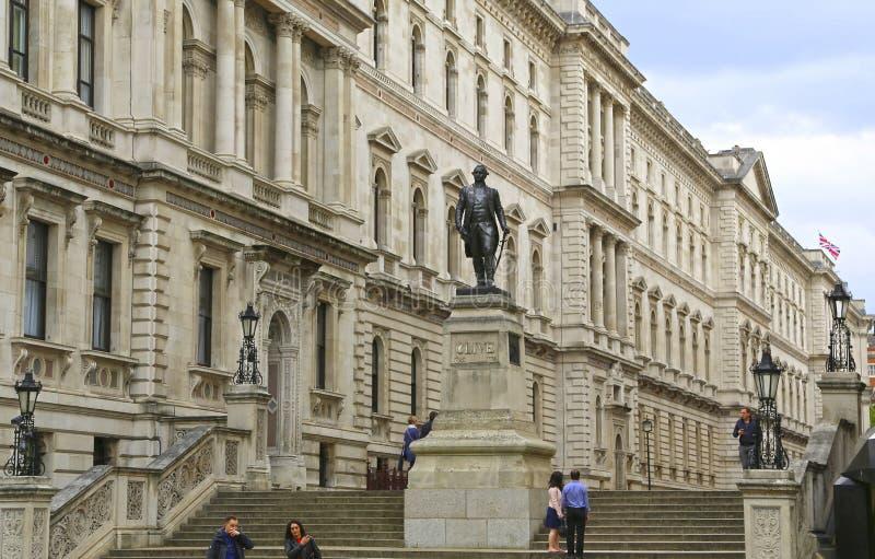Londres, Grande-Bretagne - 22 mai 2016 : statue de Robert Clive et le bâtiment du bureau étranger et de Commonwealth dans image stock