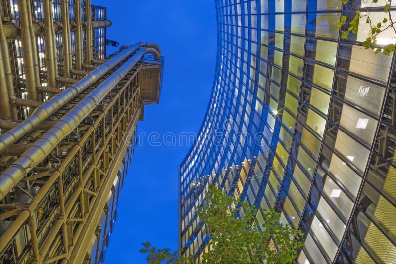 LONDRES, GRANDE-BRETAGNE - 18 SEPTEMBRE 2017 : Les tours du bâtiment de bâtiment de Willis et de ` s de Lloyd au crépuscule images stock