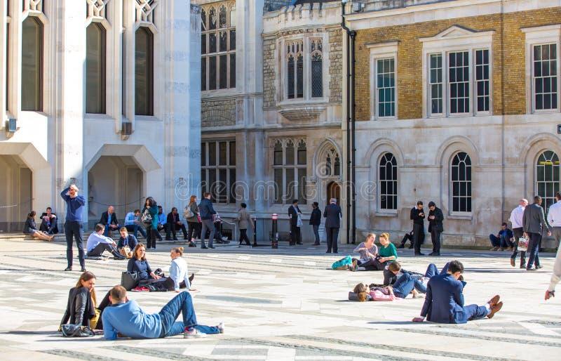 Londres, groupe de personnes BRITANNIQUE ayant un repos au temps de d?jeuner dans la ville de la rue de Londres photographie stock libre de droits