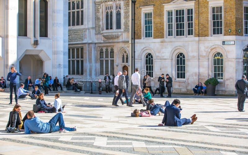 Londres, groupe de personnes BRITANNIQUE ayant un repos au temps de d?jeuner dans la ville de la rue de Londres images libres de droits