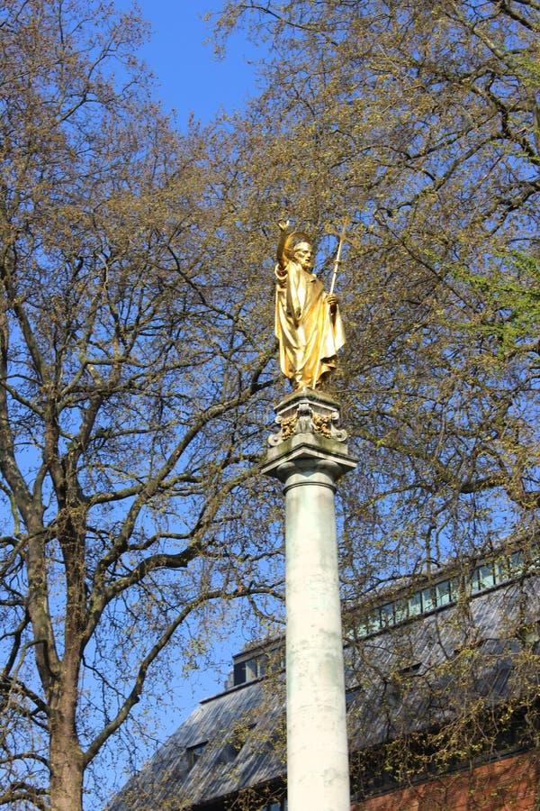 Londres hermoso visto durante un viaje de la ciudad a lo largo del río Támesis y de la arquitectura famosa foto de archivo libre de regalías